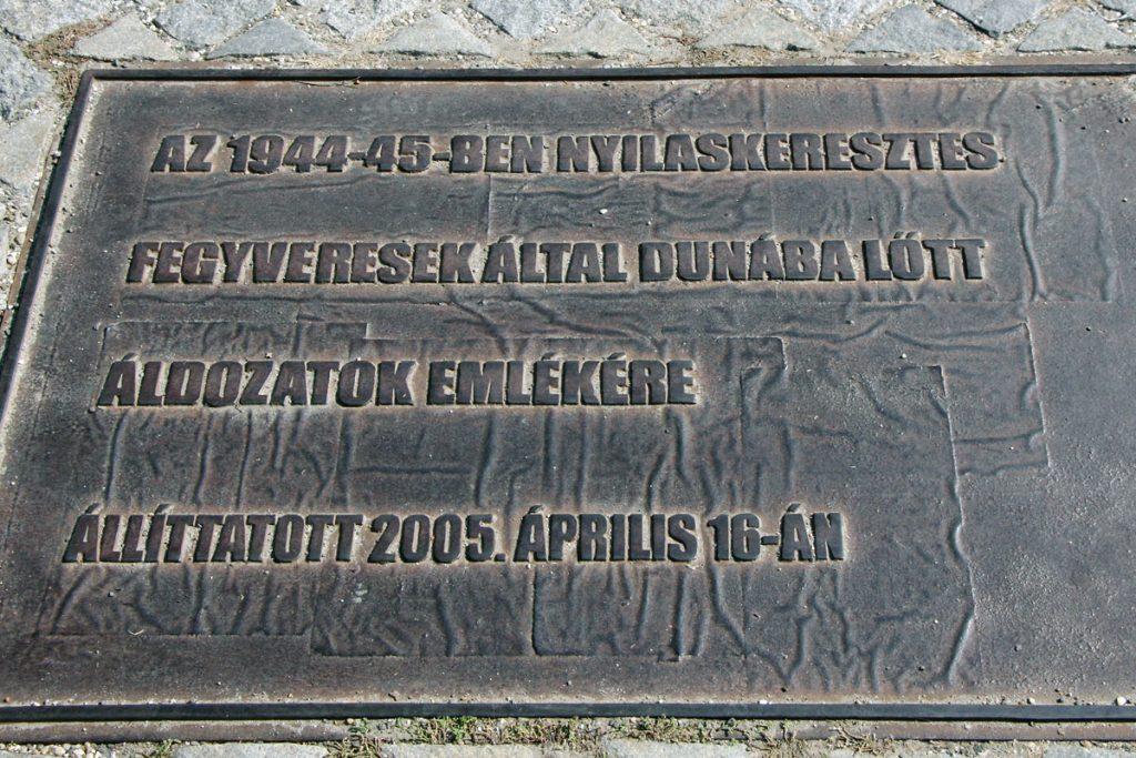 Gedenktafel in ungarischer Sprache.